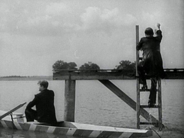 Herci vyhlížejí ostrov  na Opatovickém rybníku. Loďka se jim za chvilku zcela potopí.