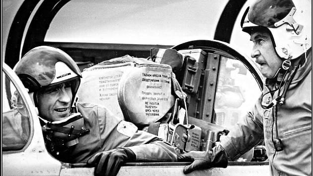 Začínající pilot Raška (O. Pavelka) a pomalu končící pplk. Lošťák (L. Munzar) v debatě. Odborné servery uvádějí, že pro natáčení letových scén filmaři využili také letoun L-39.