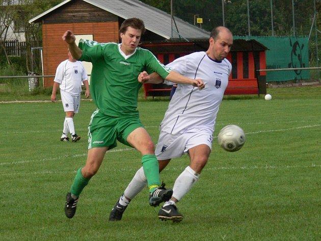Na snímku si bavorovický Zdeněk Pražák (vpravo) kryje míč před Miroslavem Hermanem, jenž v prvních dvou kolech nasázel celkem pět branek.