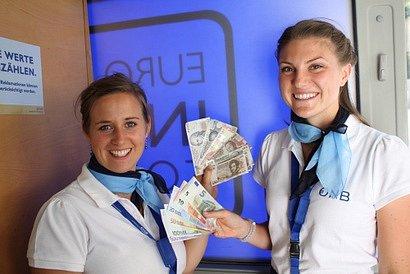 Autobus Rakouské banky dál mění šilinky.
