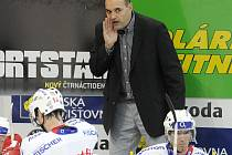 Ernest Bokroš zůstává i nadále trenérem hokejistů HC Mountifled a chce s mužstvem zase nahoru. Jeho pokynům naslouchají Lukáš Poživil a René Vydarený.
