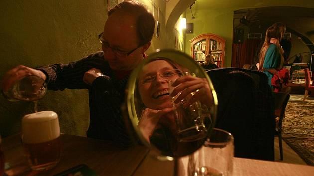 K fyzické potyčce mezi členem kulturní komise města Danielem Turkem a 26letou barmankou došlo v hudebním klubu Horká Vana v České ulici. Pravděpodobným viníkem je třicetiletý politik, který byl v té době silně opilý.