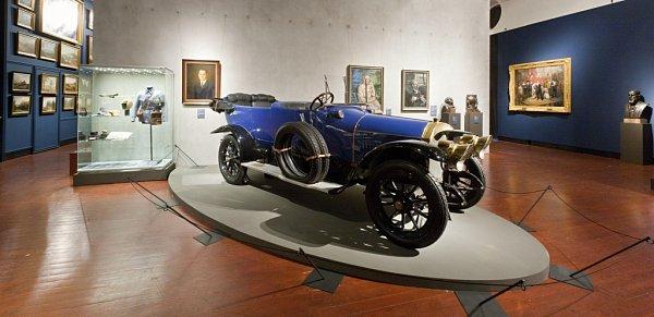 Až do Dobrého vojáka Švejka pronikl luxusní vůz Benz 16/40, jedna zvelkých atrakcí výstavy Hrady a zámky objevované a opěvované, která trvá do 15.března vJízdárně Pražského hradu. Auto vlastnil Karel V. ze Schwarzenbergu a garážoval ho na zámku Orlík.