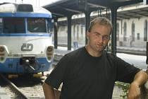 TRAINSTORY. Román Rafinerie Jana Cempírka (na snímku) o pouličních muzikantech, jezdících načerno vlakem, vychází jako e-kniha. Křtí se 22. listopadu ve volarské galerii Bobík.