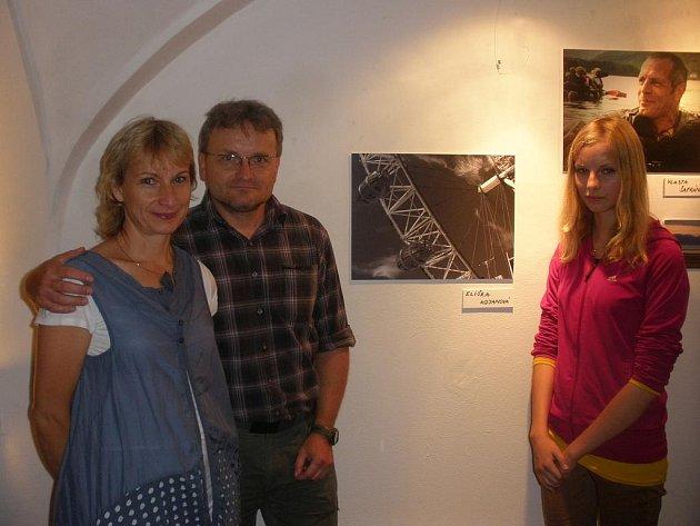 Eliška Kojanová s rodiči u svého oceněného snímku.