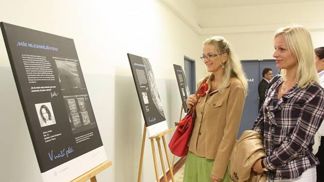 Vlastní mamografické snímky a životní příběhy, v nichž hraje roli strašák rakoviny, poskytlo na výstavu v českobudějovické klinice Medipont sedm žen, z toho tři Jihočešky. Marii Bostlové (na snímku vlevo) pomohla preventivní vyšetření.