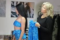 Plavky vyniknou na postavě. Předvést je návrhářce Janě Kunzové pomohla Aneta Herová.