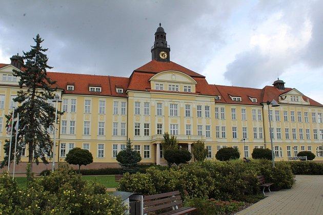 Přestavba historické budovy pavilonu A  bude slavnostně zahájena ve středu. Po jejím ukončení začátkem roku 2019 se tam přestěhuje psychiatrické oddělení. Z celkových nákladů 240 milionů korun hradí nemocnice čtvrtinu.