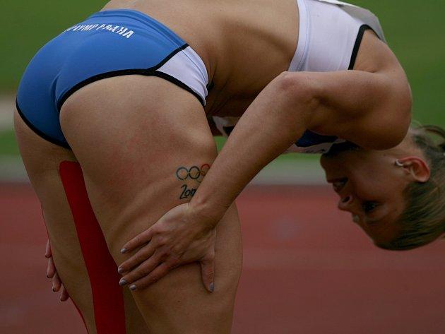 Mistrovství ČR v atletice v Táboře. Kateřina Čechová prohřívá svaly před sprintem
