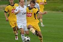 Michal Rakovan (na snímku z třetiligového derby vpravo bojuje s píseckým Linhartem) odvedl v lize v Příbrami dobrý výkon.