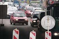Kvůli opravě havárie museli vodohospodáři zcela uzavřít odbočovací jízdní pruh. Zúženou Rudolfovskou pak řidiči pochopitelně projížděli pomaleji.