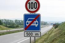Řidiči budou smět od Českých Budějovic ujíždět směrem na Lišov rychleji, a to až 110 kilometrů za hodinu.