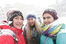 V dopolední vánici čekaly na náměstí Přemysla Otakara II. skautky Lenka Pekárková, Káča Tomašková a Jana Starecová. Dívky čekaly na své kamarády.V plánu totiž měli společnou procházku.