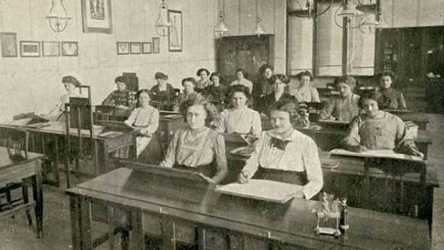 Ženská průmyslová škola v Českých Budějovicích někdy po roce 1900.