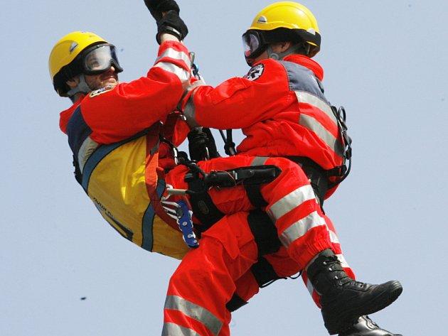 Záchranáři ve ve středu na letišti v Plané civčili evakuaci  zraněného pomocí vrtulníku.