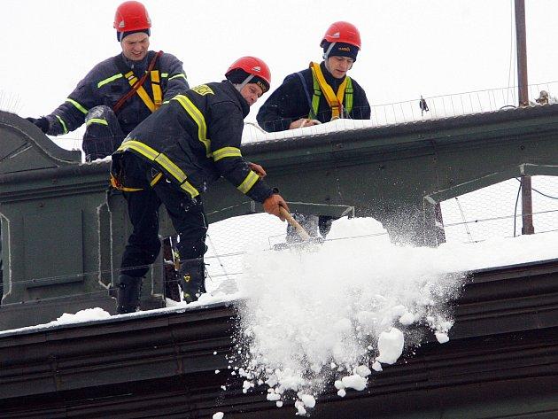 Jihočeští hasiči mají plné ruce práce s odstraňováním převisů. Denně řeší desítky případů.