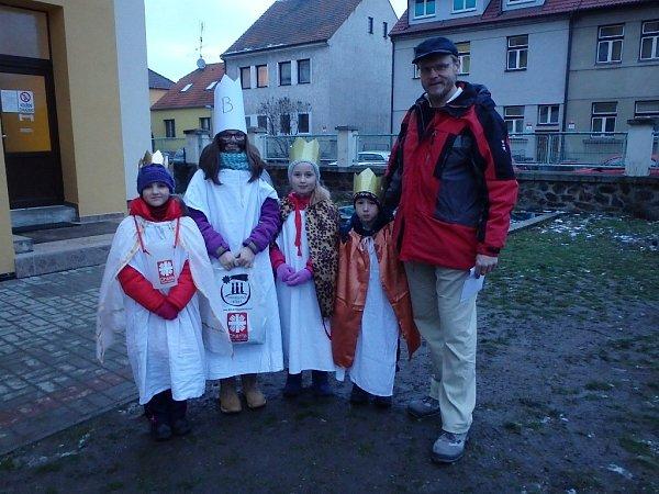 … a můžeme vyrazit do ulic. Zleva Lída, Anička, Marta, Toník a autor reportáže jako zkušený vedoucí skupinky koledníků číslo 40.