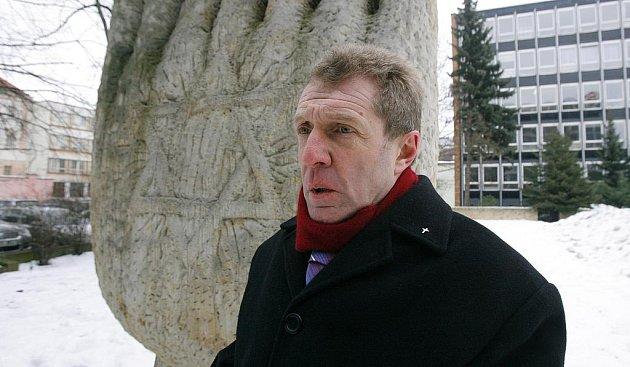 Werner Oder (59) je synem jednoho z nejhorších rakouských válečných zločinců. Včera navštívil poprvé Českou republiku a studentům na Piaristickém náměstí odhalil svůj životní příběh. Na snímku je před památníkem bývalé synagogy u zimního stadionu