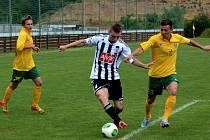 Zdeněk Linhart v zápase Dynama se Žilinou (1:1) prochází mezi Martinem Slaninkou a Jaroslavem Mihálikem.
