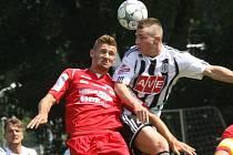 Zdeněk Linhart v turnaji na Hluboké v zápase Dynama se Steyrem (6:1) ve vzdušném souboji se stoperem Rakušanů Danilo Duvnjakem.