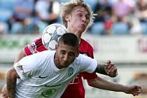 Pavel Novák v zápase s Mladou Boleslaví atakuje hostujícího Buluta.