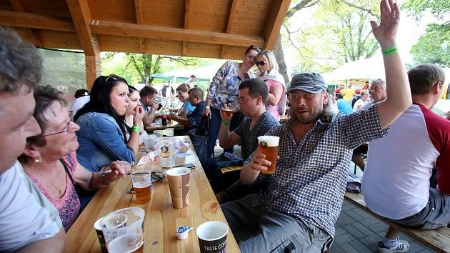 Na jedno a nebo i na víc piv z výroby malých pivovarů přilákali Borovanští v sobotu návštěvníky z blízka i z dálky.