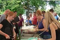 Borůvkobraní opět láká tisíce návštěvníků. Pokračuje i v neděli 13. července.