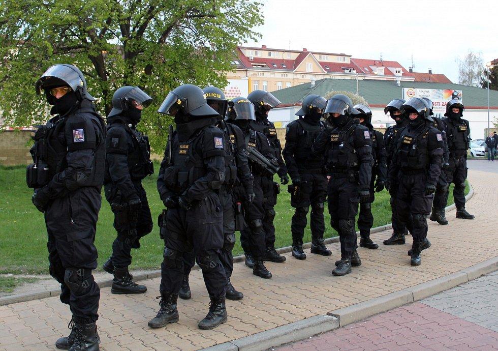 Fanoušci Baníku Ostrava přijeli do Českých Budějovic za doprovodu těžkooděnců.