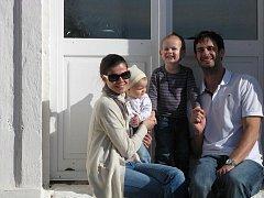 Ve Francii je rodina spokojená. Reprezentační kapitán z Českých Budějovic Ondřej Hudeček  (na snímku se ženou Marií, synem Ondrou a dcerou Kristýnkou) ukončil tříleté angažmá v Montpellier a podepsal dvouletou smlouvu s opcí v Beauvais.