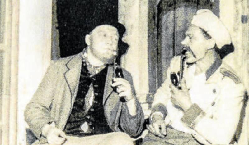 """Voják otec. Ochotníci z Úsilného se mohou pochlubit i """"rodinnou"""" rolí. V roce 1961 hrál vysloužilého vojáka Bláhu Josef Peterka starší (vpravo), na snímku s Františkem Kabourkem."""