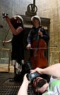 Kvarteto Jihočeské filharmonie zahrálo 20. června v chladicí věži Jaderné elektrárny Temelín. Zazněly skladby Mozarta, Debussyho a Dvořáka. Zprava Jiří Šlechta a Eva Mrkvicová.