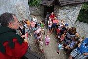 Netradiční zážitek měly děti, které během volných dnů navštívily hrad v Nových Hradech. Konaly se tu tradiční dětské prohlídky v kostýmech.