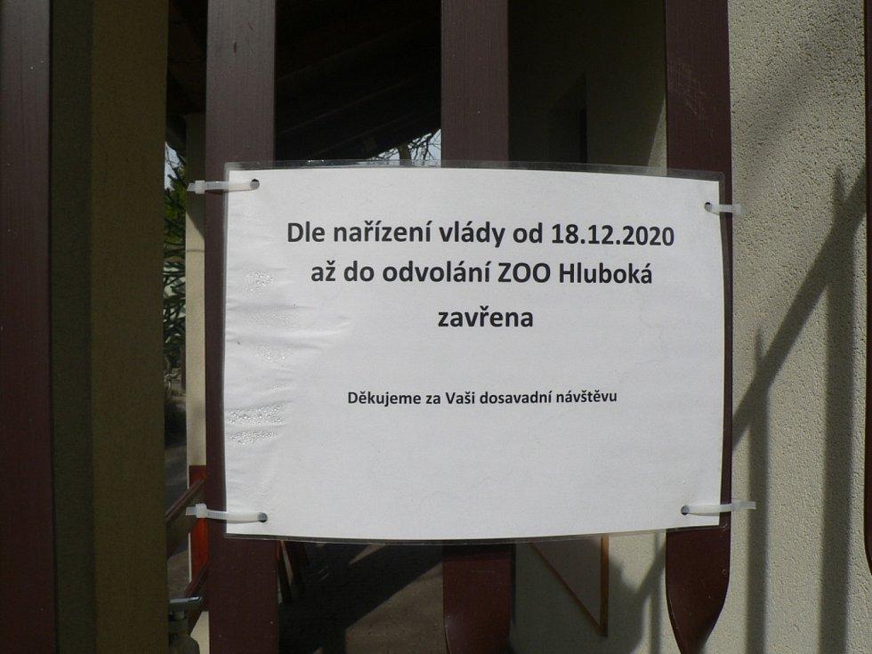 Zákazníky přivítají znovu od 12. dubna 2021 papírnictví, do škol smí polovina dětí na 1. stupeň a s omezenou kapacitou mohou otevřít i zoologické zahrady. Cedule na snímku už v pondělí platit nebude.