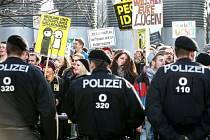 Ostře hlídaná demonstrace.