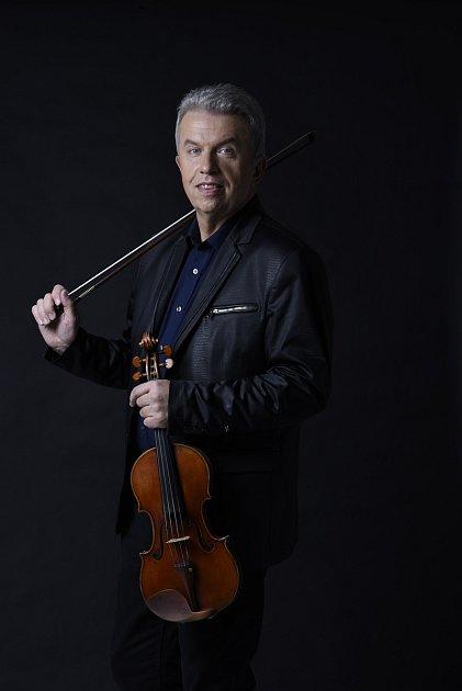 Jaroslav Svěcený představuje na koncertech své housle.