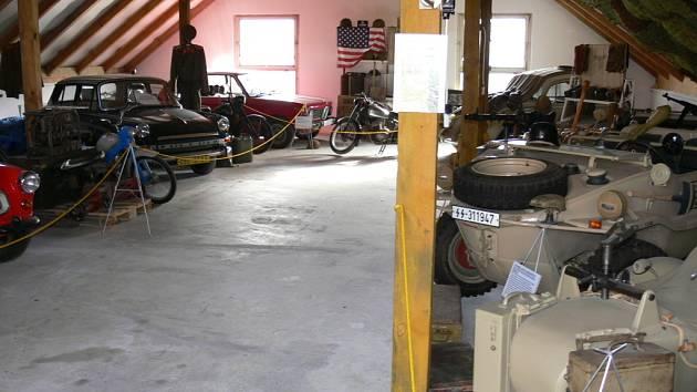 Exponáty v ledenickém muzeu vojenských, historických a válečných vozidel.