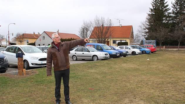 Starosta Rudolfova Vít Kavalír ukazuje, kde by mohl vzniknout supermarket.