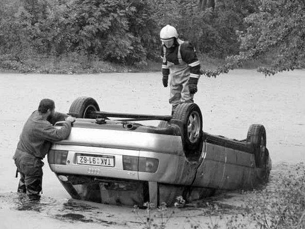 Až do rybníka se včera dostala s vozem řidička ve Vlastiboři na Táborsku. I za touto nehodou bylo kromě řidičské chyby i nevlídné počasí.  Vůz audi vytáhli hasiči.