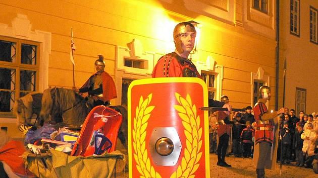 Stylový doprovod římských vojáků měl v sobotu svatý Martin na nádvoří borovanského zámku.