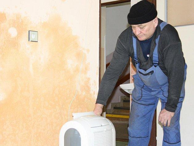 Školník Milan Kouba si prohlíží následky povodně, která  před pár dny zasáhla chrášťanskou školku.