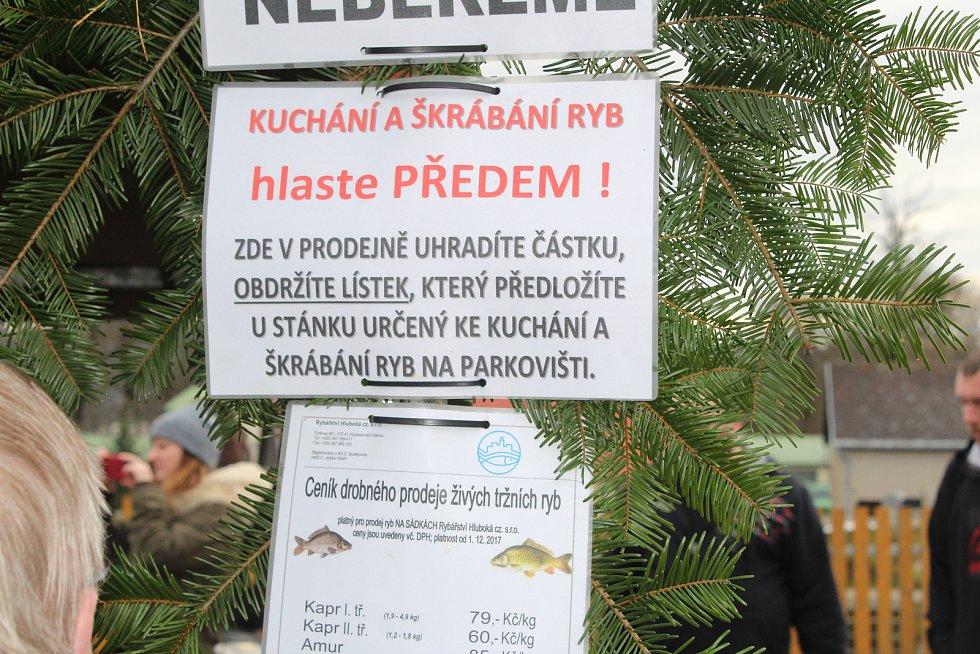 Šupináče zájemci mohou koupit před Vánoci třeba na hlubockých sádkách.