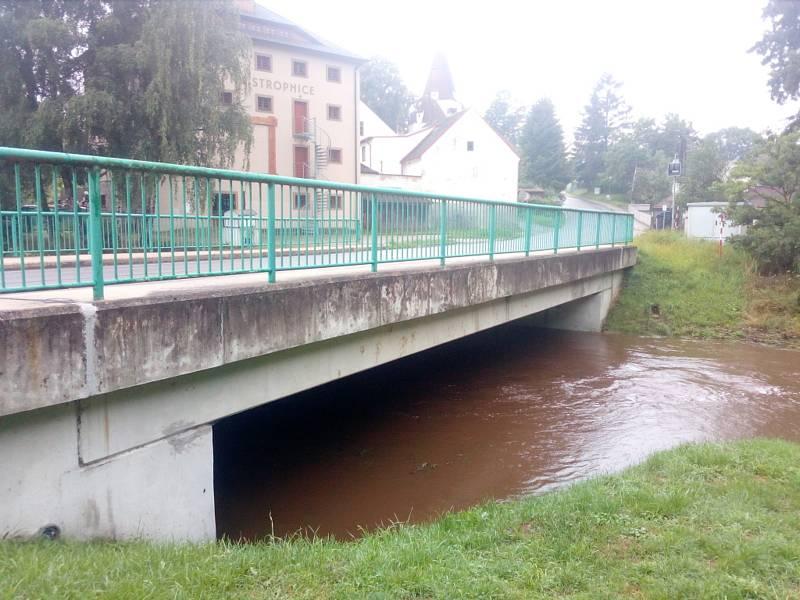 Po deštích v noci na neděli 18. 7. 2021 stoupaly hladiny vodních toků v Novohradských horách. Na snímku Stropnice v Horní Stropnici.