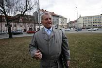 Na tomto místě před poštou na Senovážném náměstí chce Vladimír Vopalecký postavit pomník letcům RAF. Vyšel by asi na milion korun, peníze však Vopalecký dosud nesehnal.