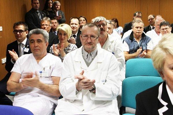 Miloš Zeman při zastávce včeskobudějovické nemocnici.