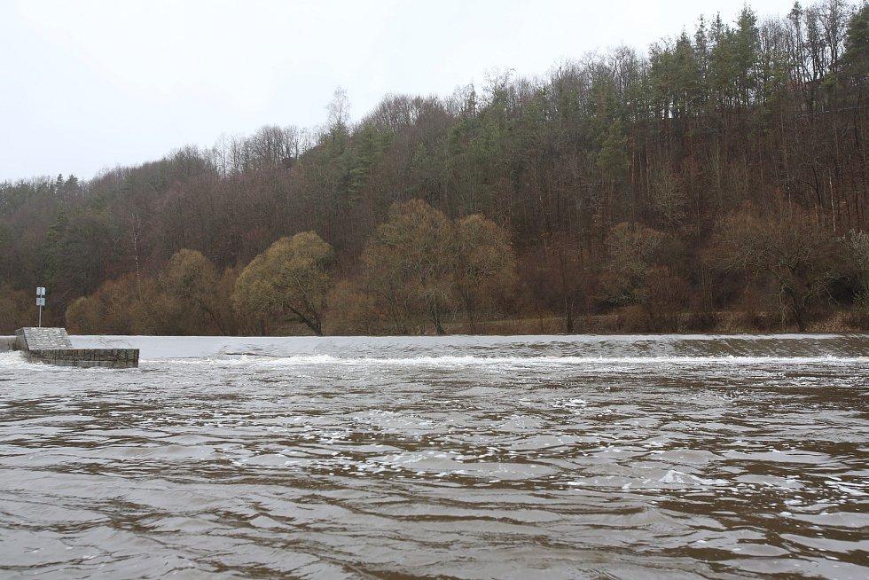 Déšt zvýšil průtok jihočeských řek. Řeka Vltava ve Zlaté Koruně se držela v rozumných mezích.