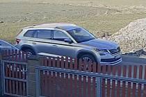 Z dostupných kamerových záznamů bylo zjištěno, že místem bezprostředně před tragickou dopravní nehodou projížděla stříbrná Škoda Kodiaq.