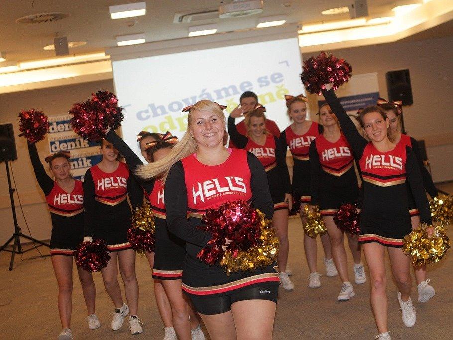 Na slavnostním večeru vystoupily roztleskávačky Hell's Cheerleaders.