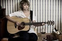 Adéla Jonášová, dcera zpěvačky Pavlíny Jíšové, natočila čtyřpísničkové album Teď a tady, které pokřtí 30. září v českobudějovickém klubu Horká vana.