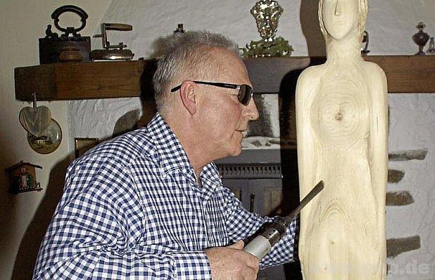 Bernhard Loibl vyřezává poslepu.