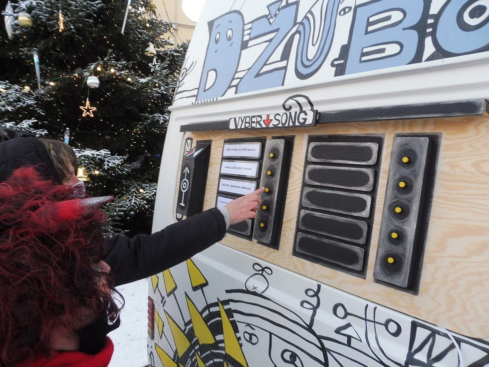 Projekt Džubox JeDe, který přichystalo Malé divadlo, bude překvapovat kolemjdoucí a bavit je písničkami.